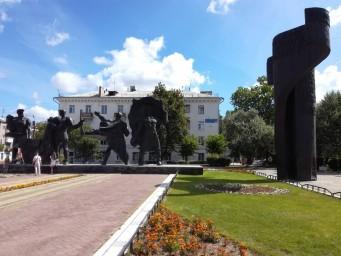 В центре города Бор, памятник