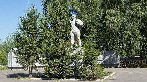 Памятник А. Гайдару около лицея №9